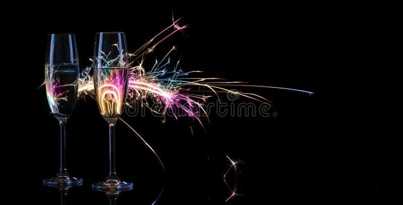 两高杯以孟加拉l为背景的香槟 库存图片