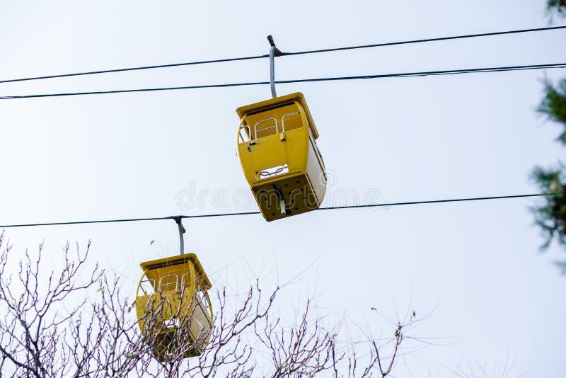 两黄色缆车 图库摄影