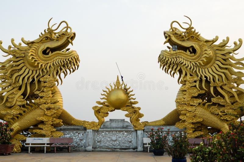 两黄色龙和火球在越南寺庙