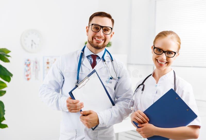 两医护人员友好的医生和护士医院的 库存照片