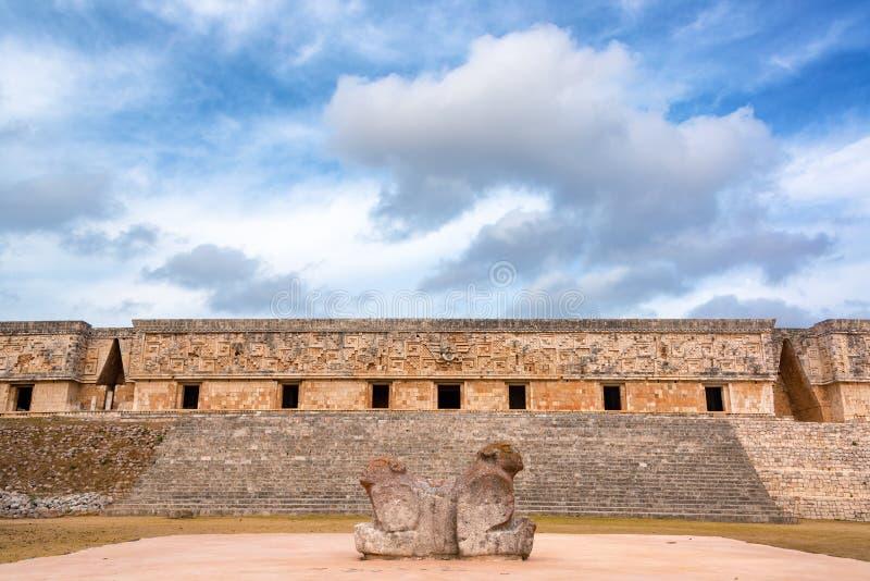 两头雕象和州长宫殿 免版税库存照片