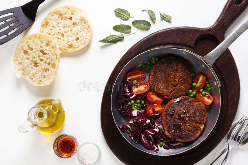 两素食主义者汉堡和沙拉在煎锅 库存图片