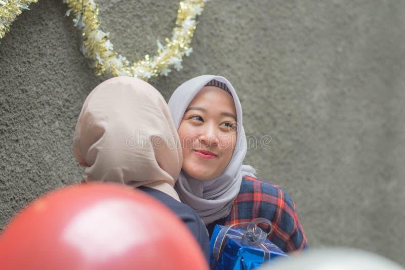 两hijab有妇女的bestfriend画象时间一起庆祝事件 库存图片