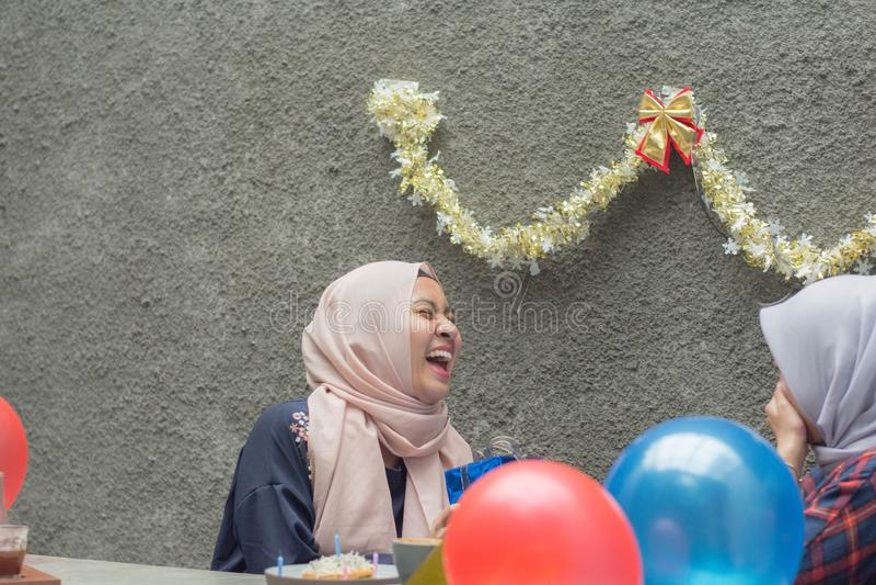 两hijab有妇女的bestfriend画象时间一起庆祝事件 免版税库存照片