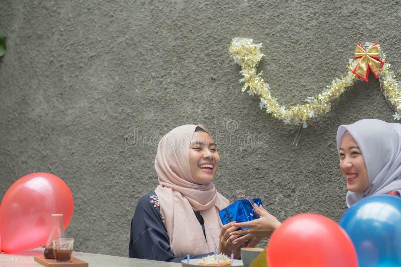 两hijab有妇女的bestfriend画象时间一起庆祝事件 免版税库存图片