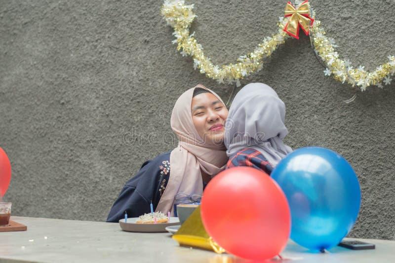 两hijab有妇女的bestfriend画象时间一起庆祝事件 图库摄影