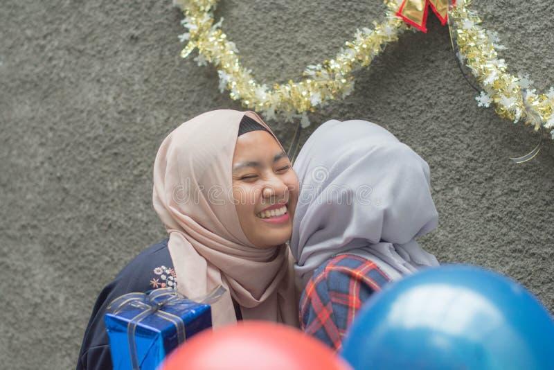 两hijab有妇女的bestfriend画象时间一起庆祝事件 库存照片