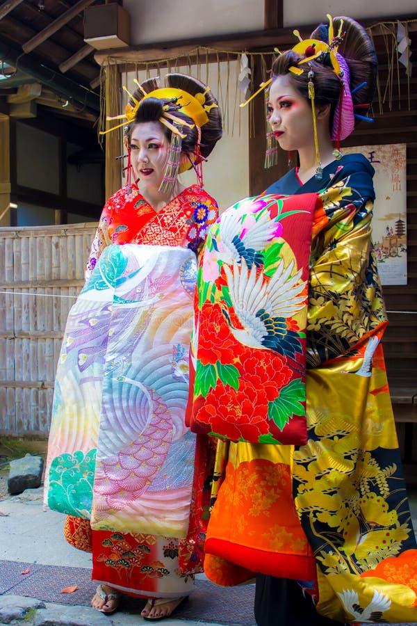 两Maiko,学徒艺妓,佩带的美丽的和服在Ja 免版税库存照片
