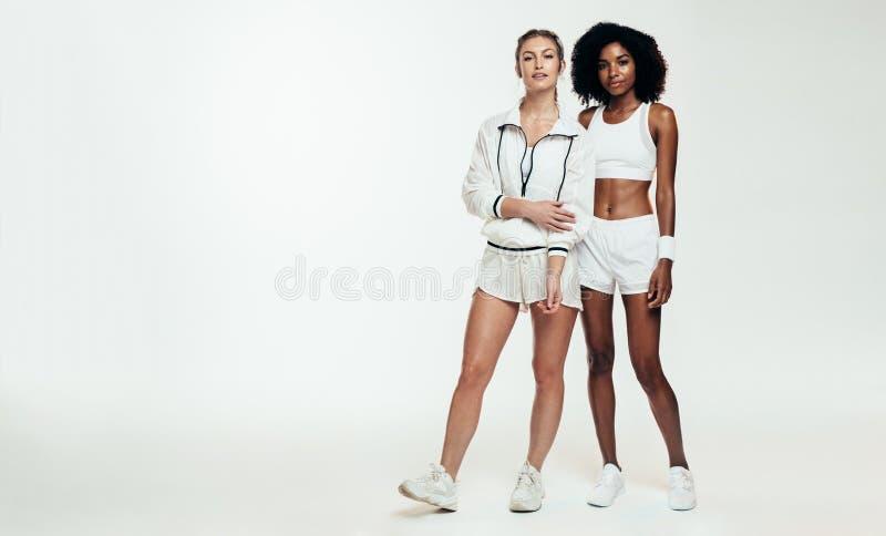 两mulit种族女运动员 免版税库存照片