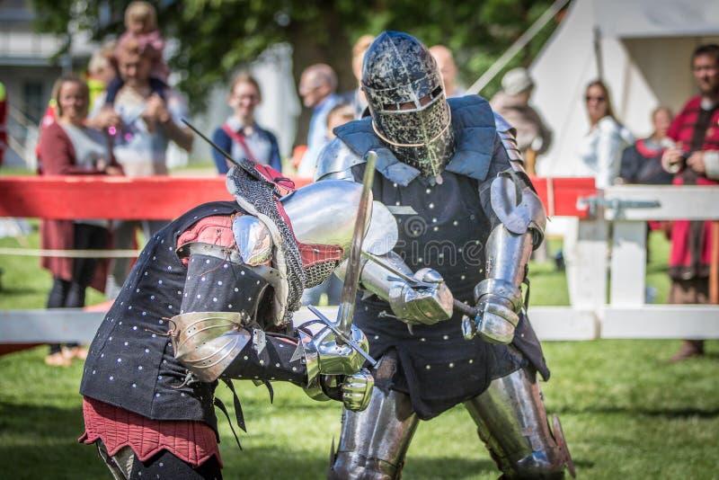 两swordfighting中世纪的骑士 库存照片