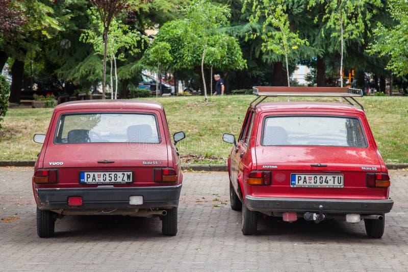 两Zastava和佑吾停放的55辆红色汽车 亦称Skala,它是类属名对于Zastava制造的汽车家庭  免版税库存图片