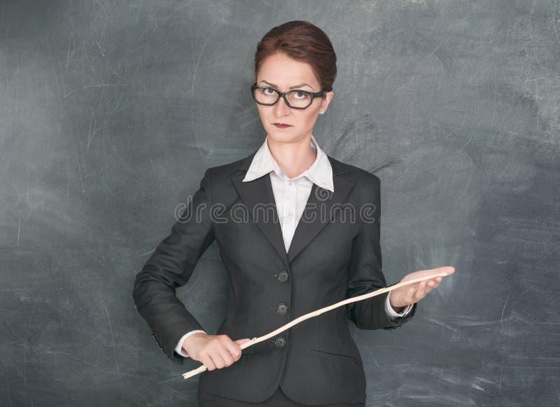 严密的老师用木棍子 免版税库存照片