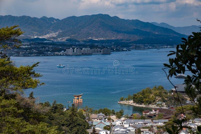 严岛神社巨型红色torii鸟瞰图宫岛的,日本 免版税库存照片