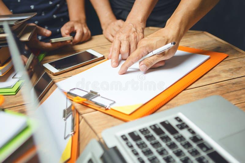 严肃亚洲商人讨论在房子办公室cowor 免版税库存图片