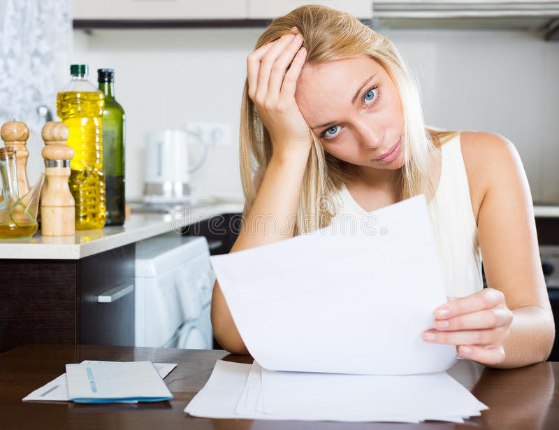 严肃妇女凝视财政文件 库存图片