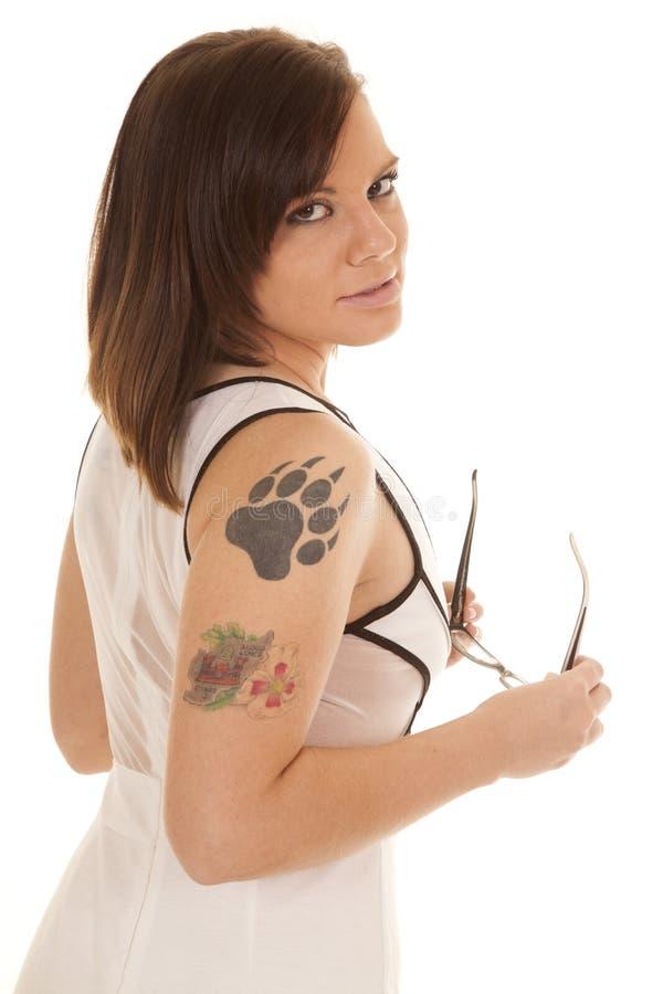 严肃妇女白色礼服爪纹身花刺边的玻璃 库存图片