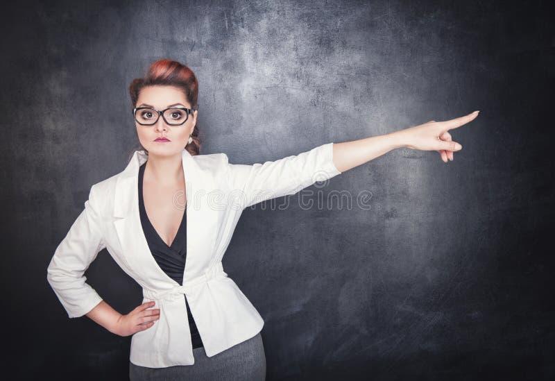 严肃妇女老师指出 免版税库存图片