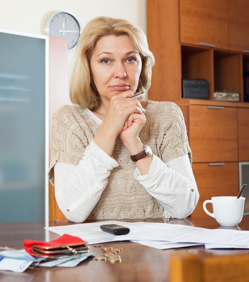 严肃妇女认为 免版税库存图片