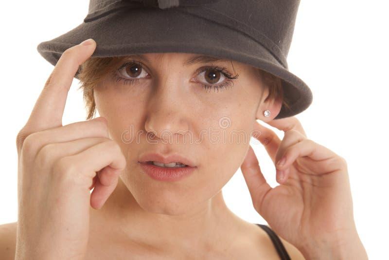 严肃拉丁妇女帽子的关闭 免版税库存照片