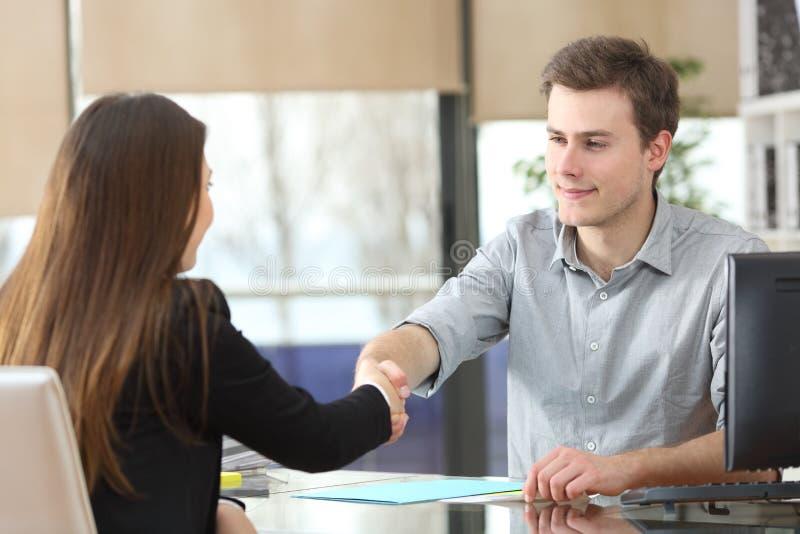 严肃的买卖人握手在办公室 免版税库存照片