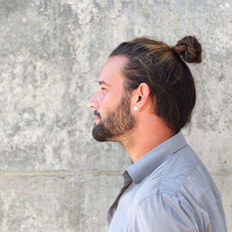 严肃的人旁边画象用胡子和头发小圆面包 库存图片