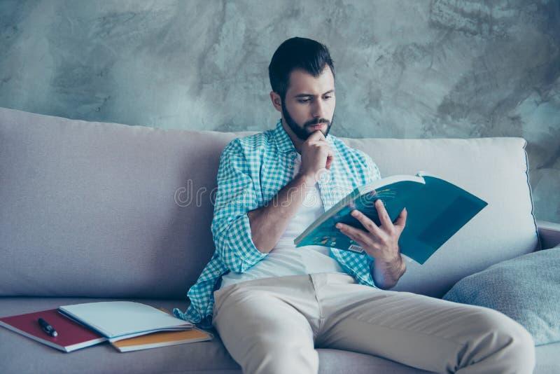 严肃的人正面图画象有刺毛的,看在书 免版税库存图片