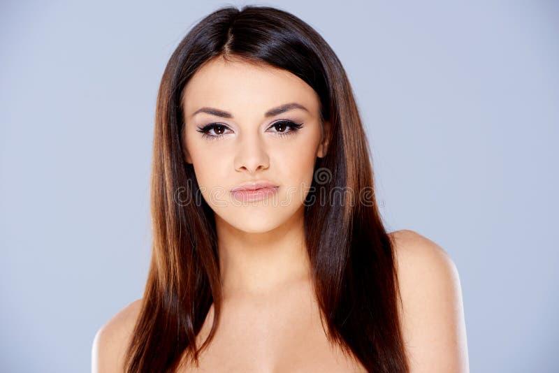 严肃的光秃的长的头发妇女画象 库存图片