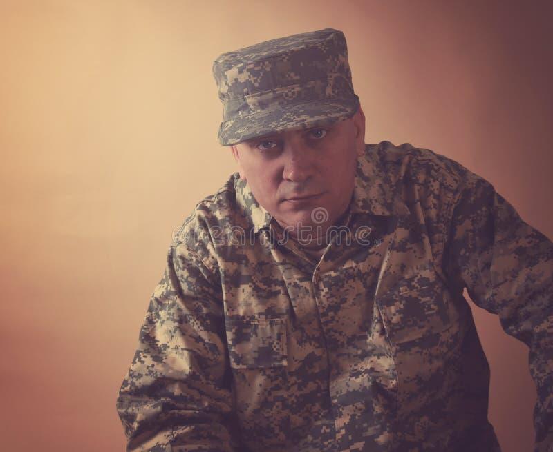严肃的军事军队人在演播室 免版税库存图片