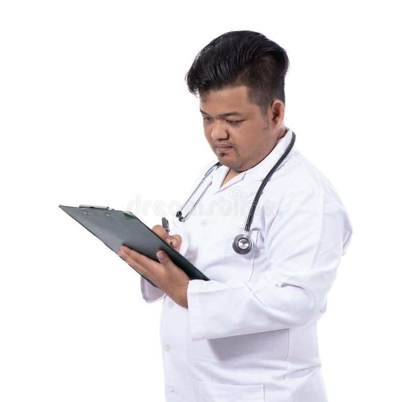 严肃的医生的图象写一个诊断 免版税图库摄影