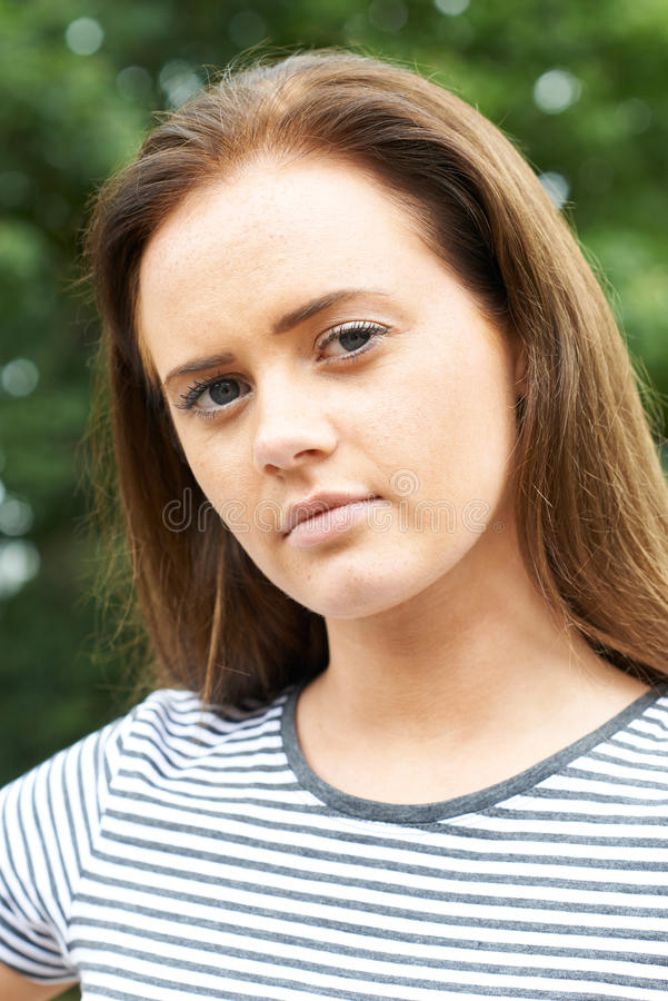 严肃的十几岁的女孩首肩画象  免版税库存图片