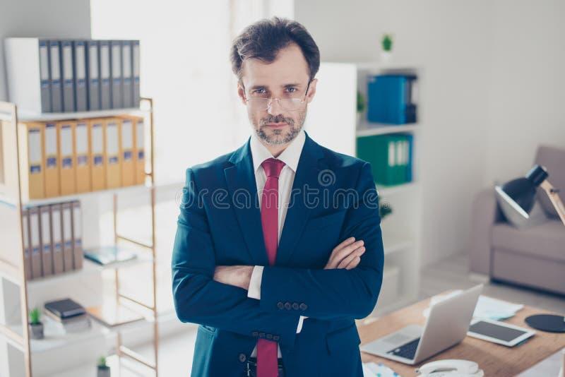 严肃的商人经纪是被集中和看在c 免版税库存照片