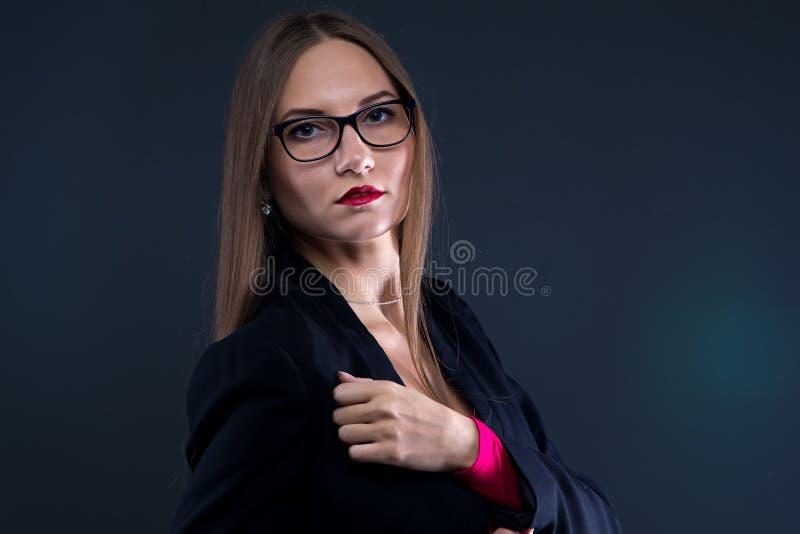 严肃的妇女照片黑夹克的 免版税库存图片