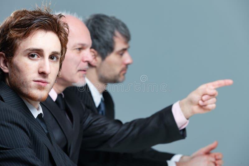 严肃的年轻商人在会议 免版税库存照片