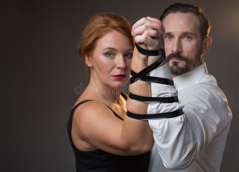 严肃的成熟男人和妇女由婚姻结合 库存图片