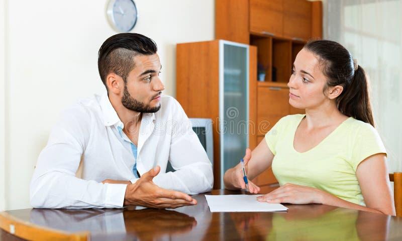 严肃的担心的男性和女性开会 免版税库存图片