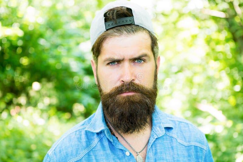 严肃的有胡子的人 i 男性面部关心 有胡子的残酷人 barby hispter样式 ?? 库存图片