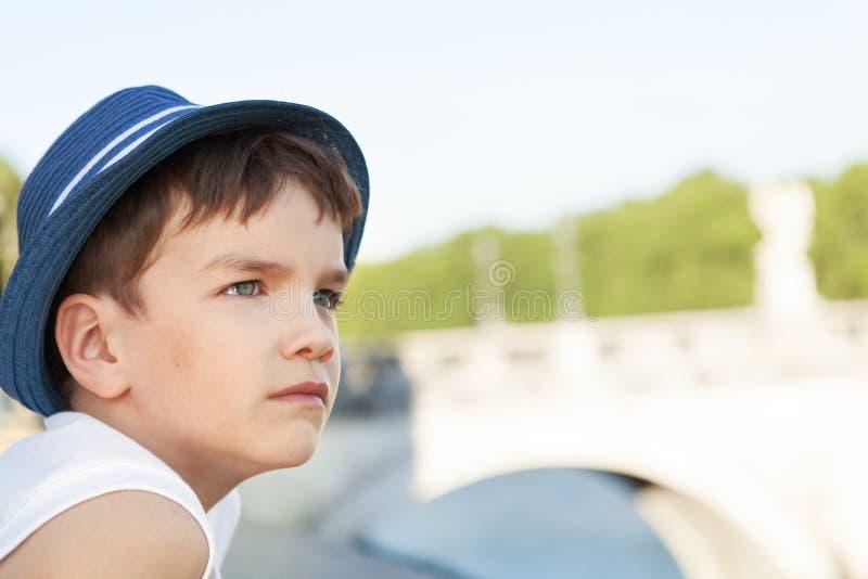 严肃的沉思孩子画象桥梁背景的  库存图片