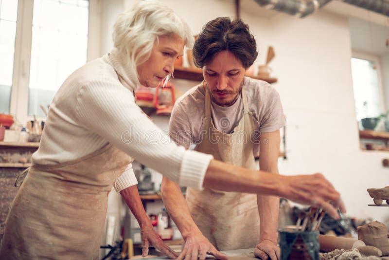严肃的熟练的集中于工作的男人和妇女 免版税图库摄影