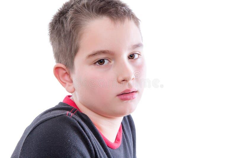 年轻严肃的男孩在白色演播室 库存照片
