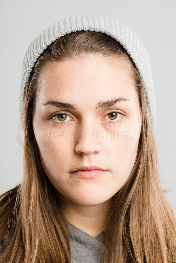 严肃的妇女画象真正的人民高定义灰色backgrou 库存图片