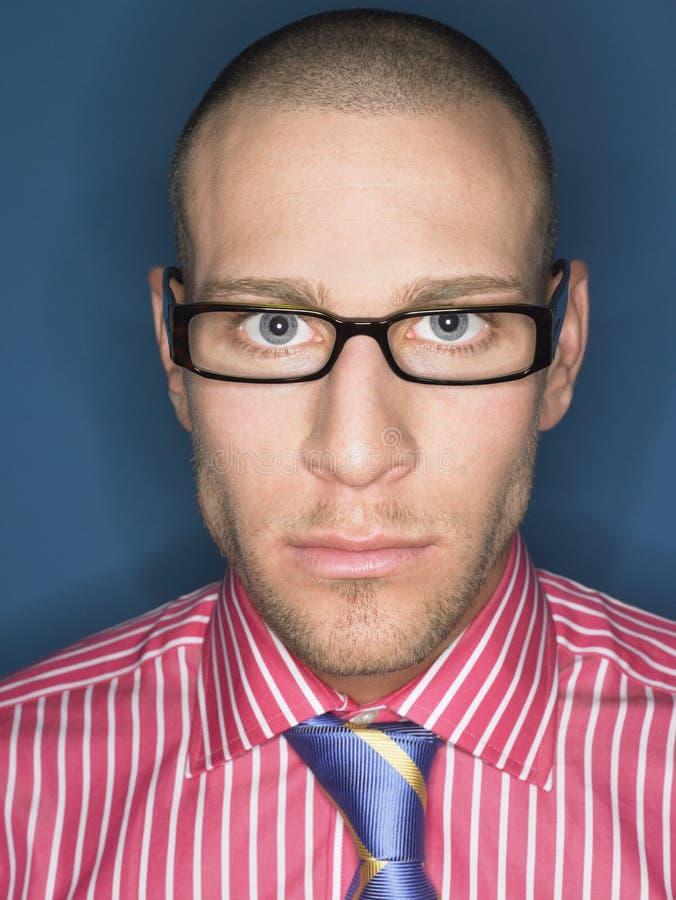 严肃的秃头人画象玻璃的 免版税库存照片