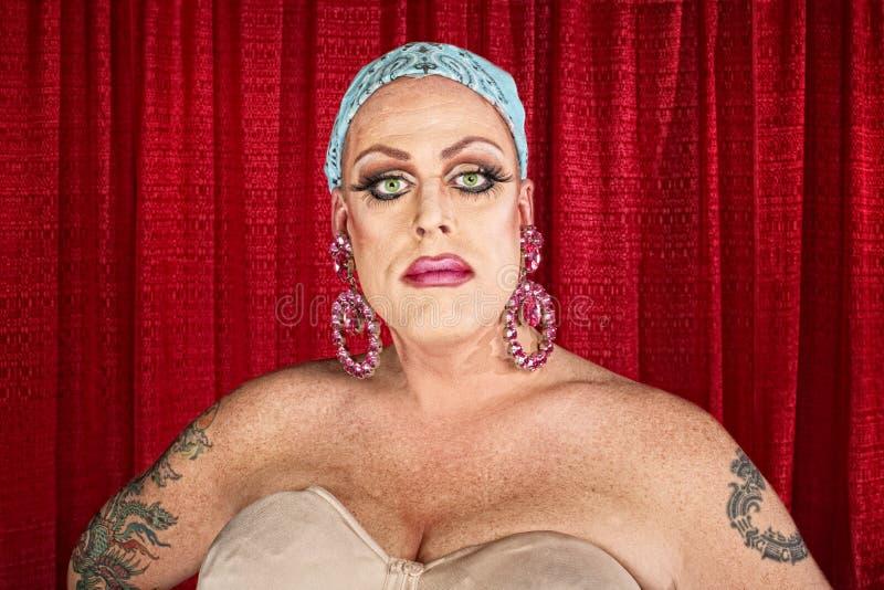 严肃的穿着异性服装的人 库存照片