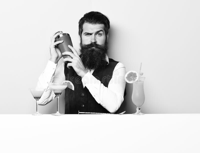 严肃的英俊的有胡子的男服务员 免版税库存图片
