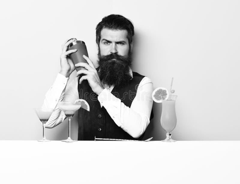 严肃的英俊的有胡子的男服务员 库存图片