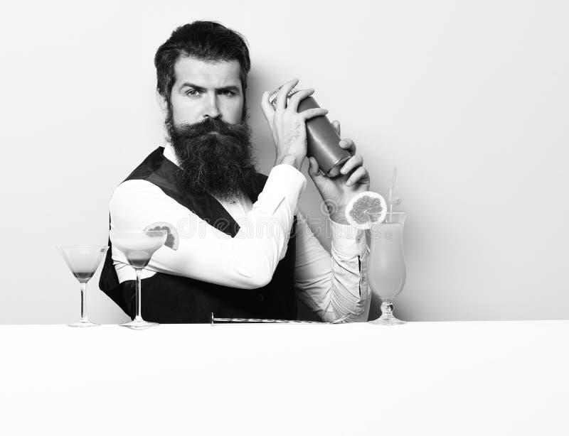 严肃的英俊的有胡子的男服务员 库存照片