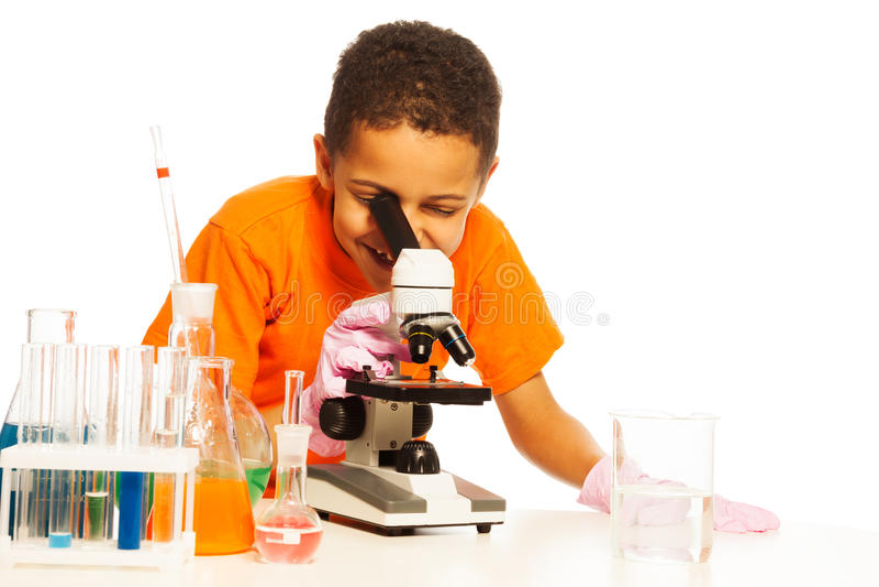 黑孩子在实验室 免版税库存照片