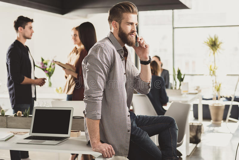 严肃的经理谈话在电话 免版税库存图片
