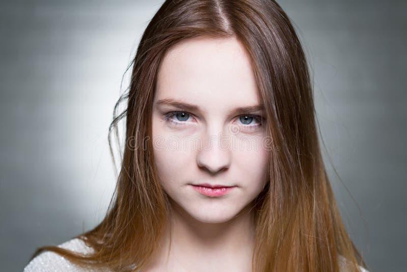 严肃的年轻金发碧眼的女人 库存照片