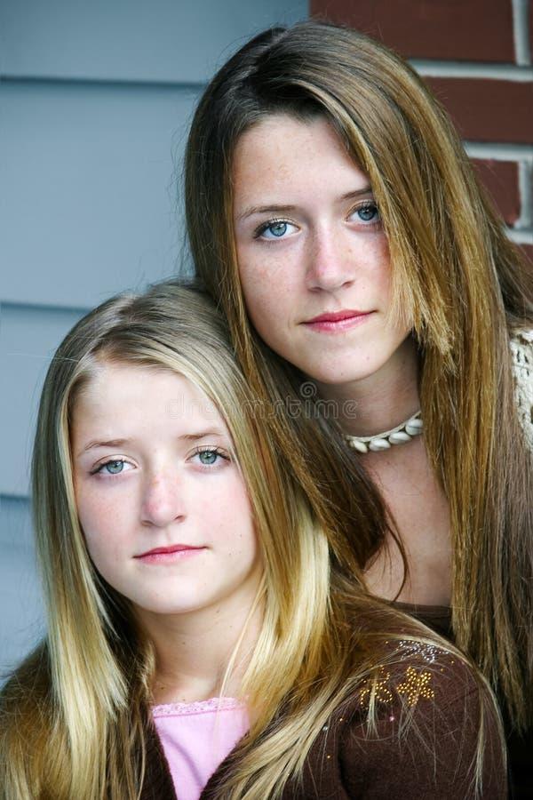 严肃美丽的姐妹- 免版税库存照片