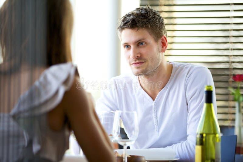 严重交谈的夫妇 免版税图库摄影